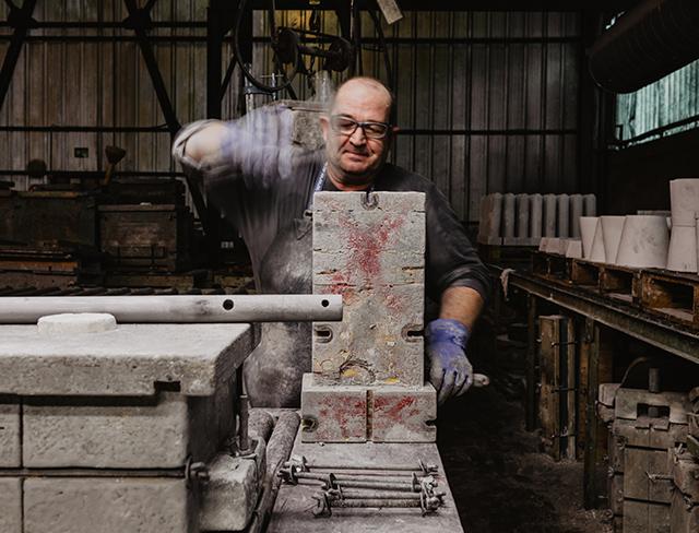 operario-trabajando proceso fabrica deguisa