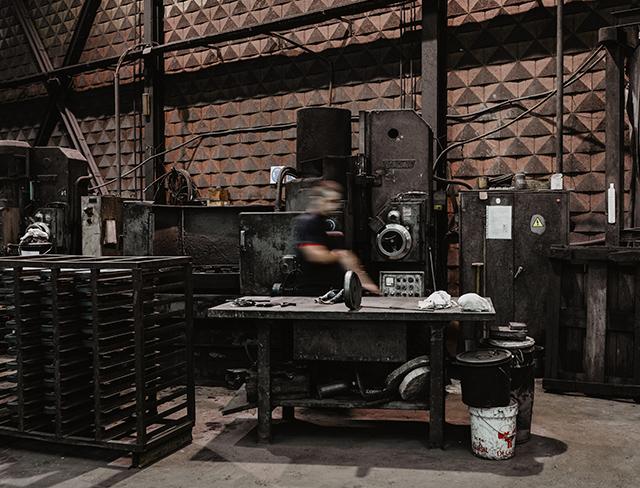 taller mecanico operario herramientas